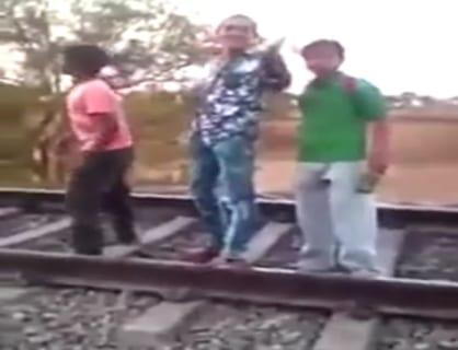 【衝撃映像】「走る列車にどれだけ近付けるか」でイキってたDQN、こうなる