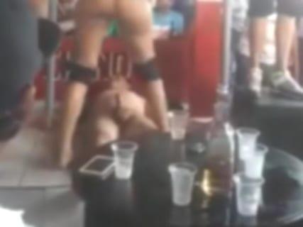 【動画】仰向けになってるだけでセ○クスできる飲み屋、エロすぎだろ…