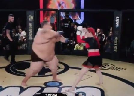 【動画】プロの女格闘家が体重230kgの大男と試合した結果…マジかよ…