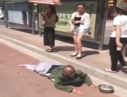 【動画】中国の足がない乞食。お姉さんが足の部分を踏んでみた結果www