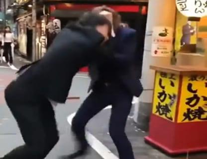 【閲覧注意】日本の路上喧嘩(ホスト同士)がショボすぎると海外で話題に