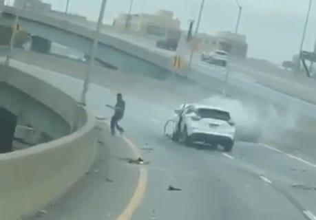 【閲覧注意】高速で事故った車撮影してたら…ドライバーがヤバい事し始めたんだが…