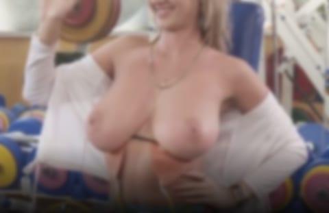 ロシアの深夜番組、爆乳美女がおっぱいポロリ。エロすぎる…(動画あり)