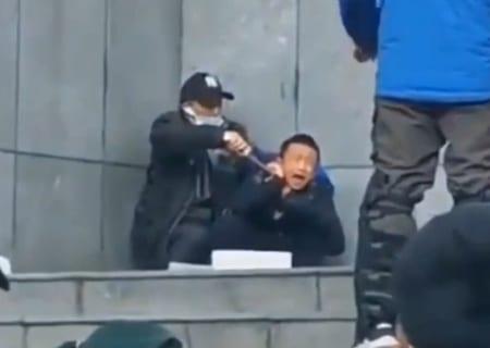 【衝撃映像】中国で人質を取った男が警察に頭を撃ち抜かれる瞬間…!