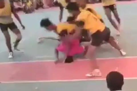 【閲覧注意】高校のスポーツ大会で1人の首が折れ全身麻痺になる動画が怖すぎる