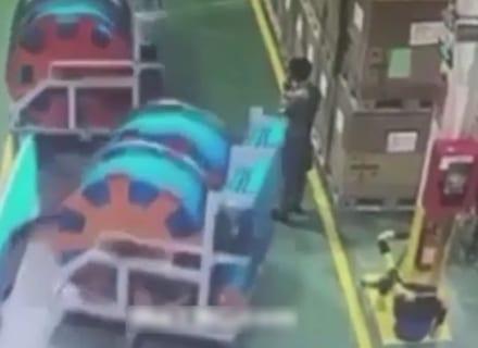 """【超恐怖】工場で """"1tの物体"""" に潰されて死亡した作業員の映像が怖すぎる"""