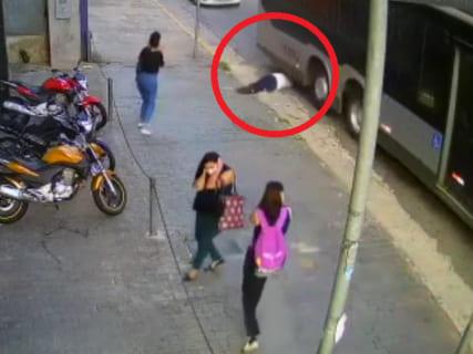 【閲覧注意】女さん、目の前で人が死ぬ瞬間を見て精神が壊れる(動画)