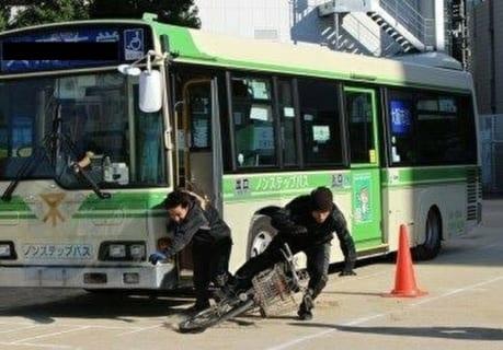 【閲覧注意】DQNバイク、バスの横をすり抜けようとした結果・・・(動画あり)