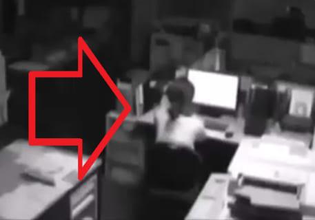 【閲覧注意】残業してる女子社員を捉えた監視カメラ。今から何が起こると思う?怖すぎ…