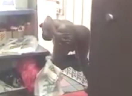 【動画あり】ファミレスでトイレを借りれなかった女、突然マ○コ丸出しにして…