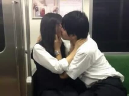 【動画】女子生徒、学校帰りに興奮した彼氏を30秒で射精させてしまうwwwww