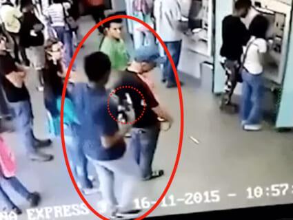 【衝撃】銀行強盗に銃で脅された老人、実はめっちゃ強くて、強盗はこうなる…