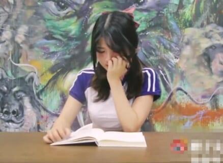 【動画】オーガズムを我慢しながら本読んでる美少女、イッてしまうwwwwww