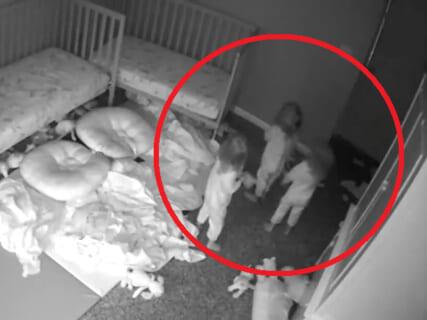 【超恐怖】三つ子(3歳)の娘達が夜中「幽霊」を見たというので監視カメラ確認したら…マジで怖すぎた