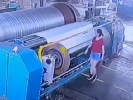 【閲覧注意】工場の女が機械でグルグル巻きにされ即死する映像が怖すぎる
