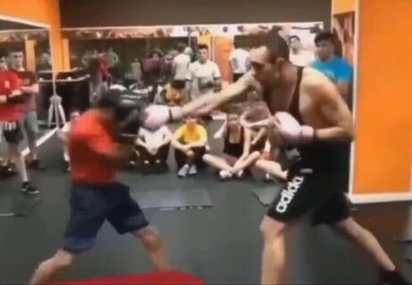 【衝撃】2mの喧嘩自慢 VS 160cmのプロボクサーの試合、コッチの圧勝だった…(動画)