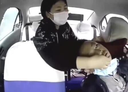 【閲覧注意】このタクシー運転手と女性客の車内カメラ映像 怖すぎ…