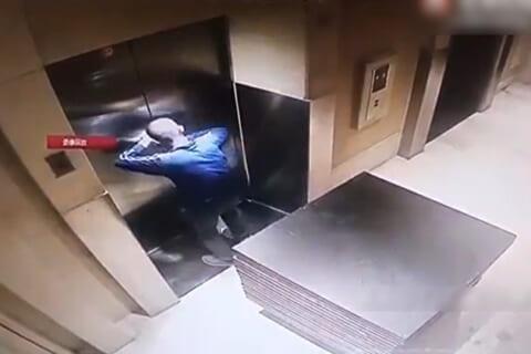 【衝撃映像】エレベーターで200kgの荷物を運んでる男、ありえない死に方する・・