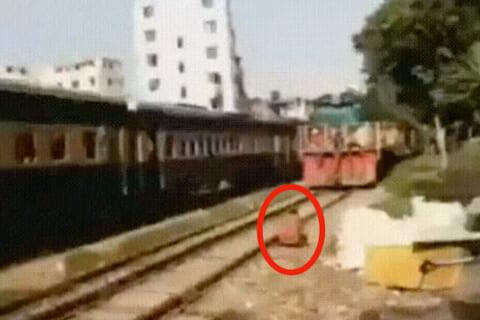 """【超!閲覧注意】""""人間 vs 列車""""、クラッシュの瞬間をスローにしたらヤバすぎた・・・"""