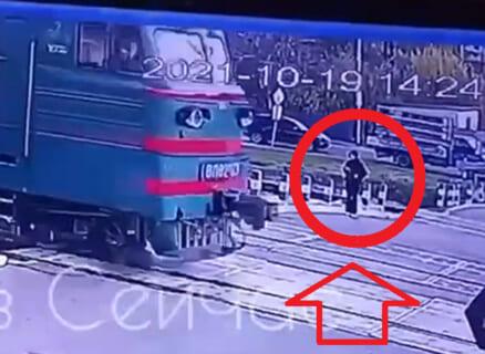 【衝撃】ヘッドホンをつけて線路上を歩いていた女子高生、一瞬で死亡(動画あり)